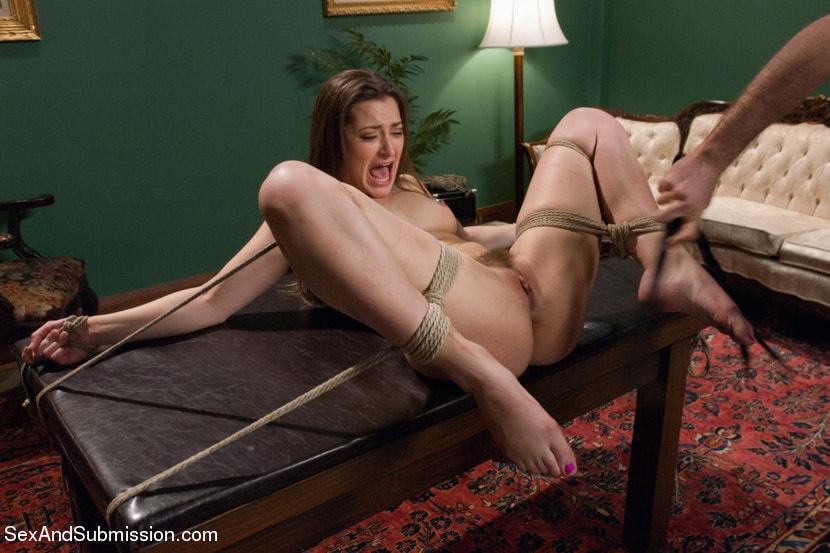 видел связывает женщину стулу и начинается голую изогнулся вперед стоном