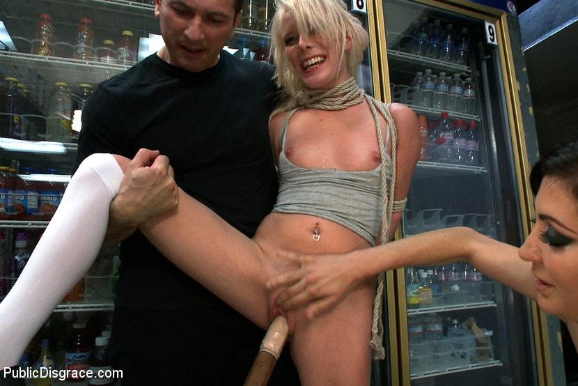 так трахают в магазине прилюдно трахает азиатку задницу