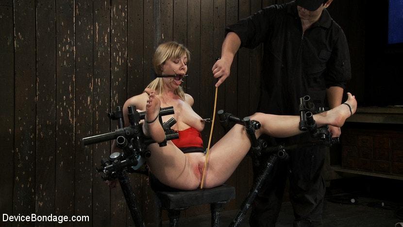 Извращенец пытает связанную в подвале видео