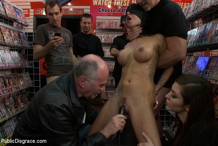 porno-porno-na-ulitse-ili-v-magazine-dama-meha