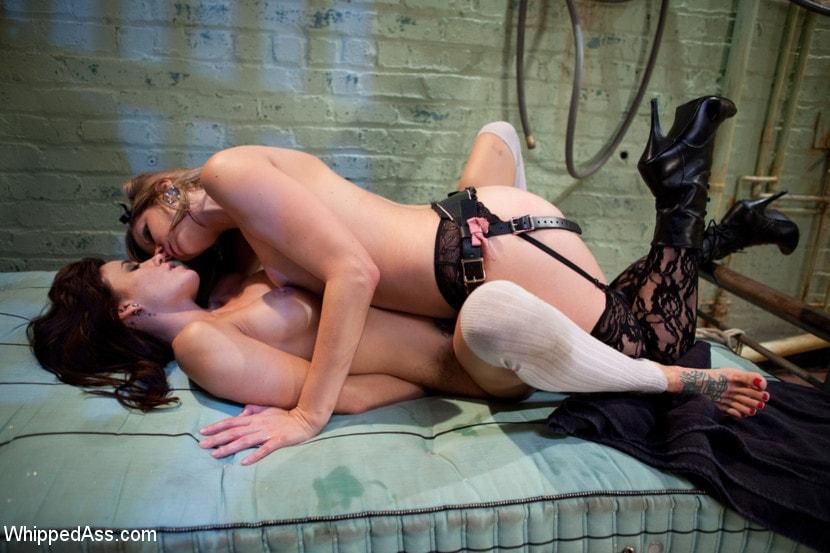 Связала похотливую лесбиянку, жестко трахают в рот сашу грей