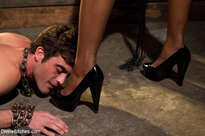 seks-luchshie-gospozhe-tseluet-nogi-i-popu-domashnee-porno